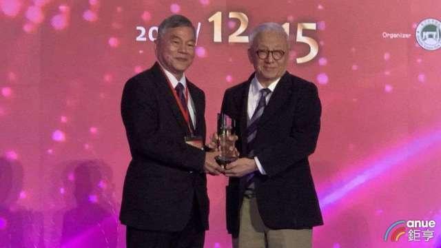 聯電集團創辦人曹興誠今(15)日獲頒「竹科 40 傑出成就貢獻獎」。(鉅亨網記者林薏茹攝)