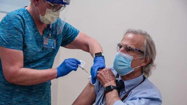 復星醫藥:明年底前將向中國提供至少1億劑新冠疫苗(圖:AFP)