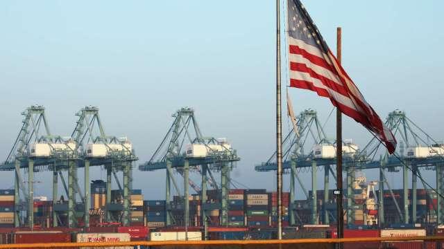 美最大貨櫃港11月貨運量增22% 有望延續至明年(圖片:AFP)