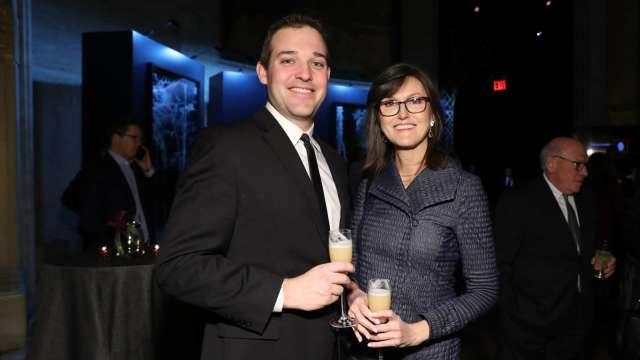 Catherine Wood(圖右)選股精準,近年被稱作女版巴菲特。(圖:AFP)