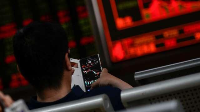 根據統計,2020 年台股大漲約 2 成。(圖:AFP)