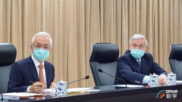 央行總裁楊金龍(右)與外匯局長顏輝煌(左)。(鉅亨網記者王莞甯攝)