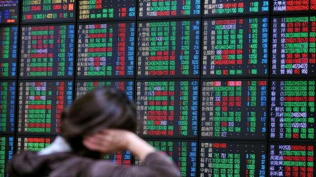 台股翻黑失守10日線 內外資續對作 三大法人賣超10.15億元。(圖:AFP)