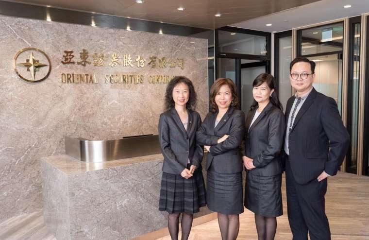 亞東證券總經理王珮恩 (左二) 及其團隊。(圖: 業者提供)