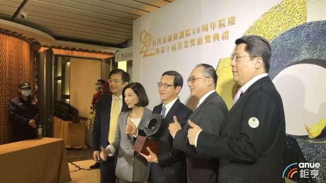 中信銀總經理陳佳文(中)今天出席研訓院菁業獎領獎。(鉅亨網記者郭幸宜攝)