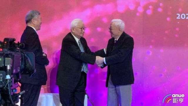睽違20多年首度破冰,台積電創辦人張忠謀(左)、聯電集團創辦人曹興誠相互握手。(鉅亨網資料照)