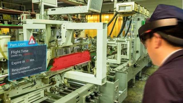 全球-疫情促進無接觸經濟興起,設備大廠運用混合實境,取代技術人員進行機器的維修與組裝,充分展現數位科技在跨境管理上的優勢。(圖:123RF/工業技術與資訊月刊)