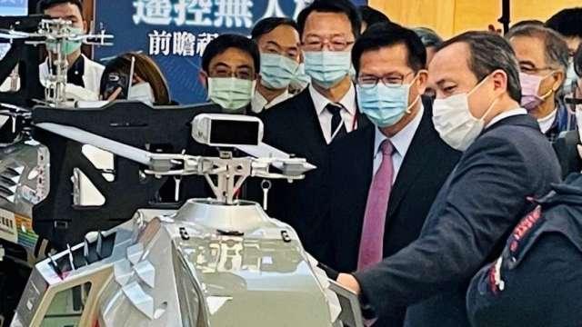 雷虎董事長陳冠如向交通部長林佳龍展示新一代中繼無人機。(圖:雷虎提供)
