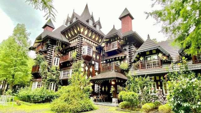 英格蘭莊園的城堡外觀具特色,吸引許多網美拍照打卡。(台灣房屋草屯中興特許加盟店提供)