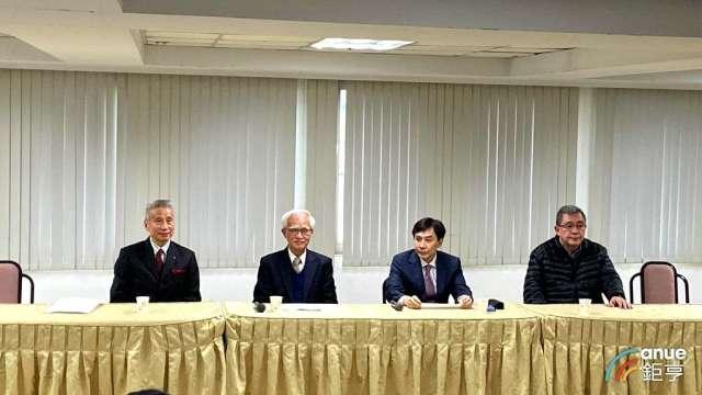 大同新任董事長盧明光(左二)、新任總經理鍾依文(右二)。(鉅亨網記者劉韋廷攝)