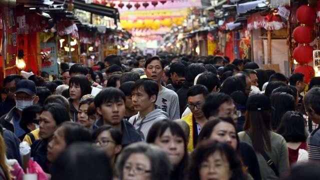 最新國債鐘 國人平均負債23.5萬元 較去年底增7000元。(圖:AFP)