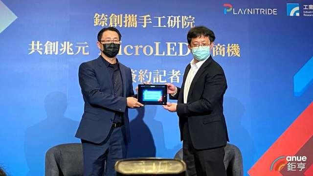 錼創執行長李允立(左)、工研院電子與光電系統研究所長吳志毅(右)。(鉅亨網記者劉韋廷攝)