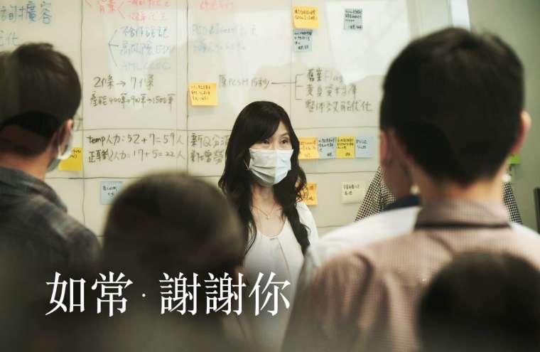 40 位專案同仁一鏡到底不 NG,中國信託「如常 ‧ 謝謝你」品牌形象影片還原支援防疫紓困貸款業務的艱辛與挑戰。(圖:中國信託提供)