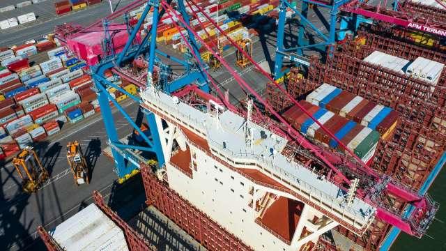 線上購物強勁 美最大貨櫃港下半年貨運量大增(圖片:AFP)