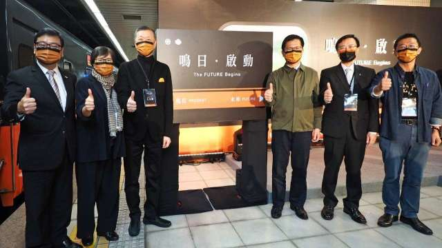 雄獅集團董事長王文傑(左3)和交通部部長林佳龍(左4)。(圖:雄獅提供)