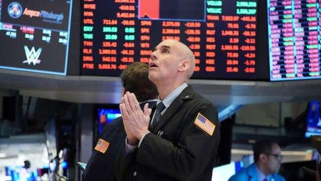 分析師:刺激資金料數百億流入美股 推高明年泡沫破裂風險(圖:AFP)
