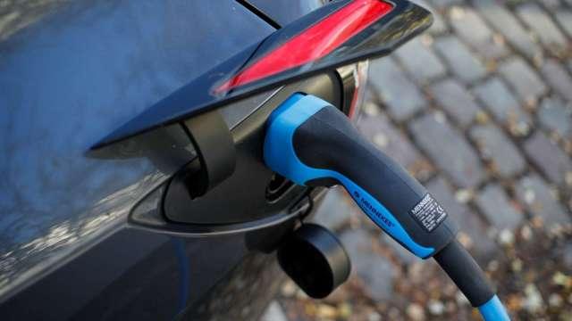 電動車狂潮好威 這檔鋰電池ETF今年來飆漲120%。(圖:AFP)