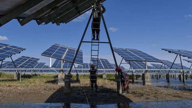 川普提高部分太陽能板關稅 面臨業界提出法律挑戰(圖:AFP)