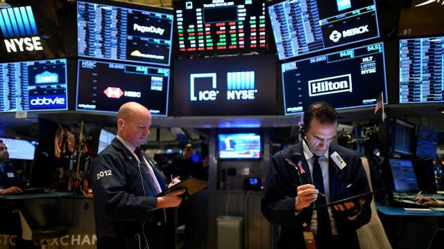 〈美股早盤〉封關倒數二天 美股小幅高開 美元指數摔至2年半新低 (圖:AFP)