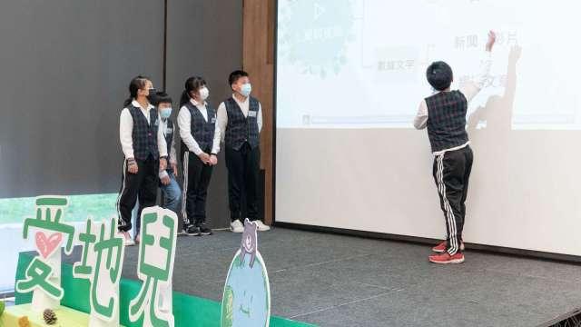 龍潭區潛龍國小學生發表「寧靜的吶喊」創意提案,為校園樹木發聲。(圖:黑松提供)