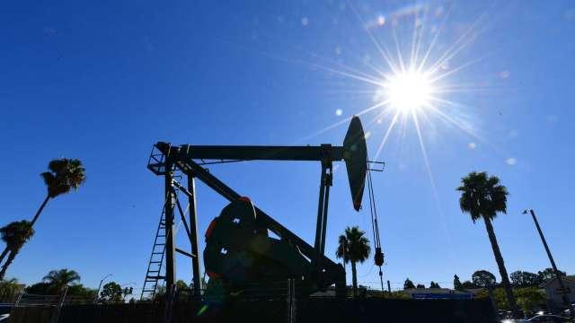美原油庫存降幅超預期+美元走軟 油價攀漲 (圖:AFP)