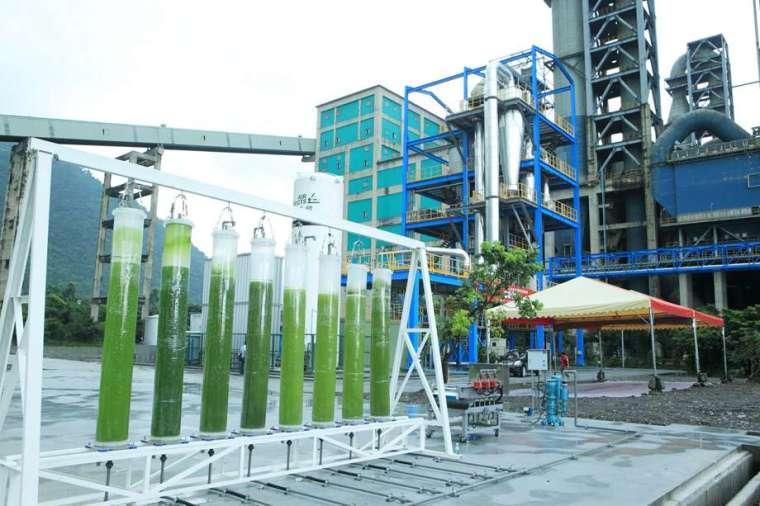 台泥在 2013 年就導入工研院的鈣迴路技術,進行「碳捕捉」,如今台泥和平廠每年可捕捉 500 至 1,000 噸的二氧化碳,將之運用在微藻養殖而產出高值化的美妝保健原料。