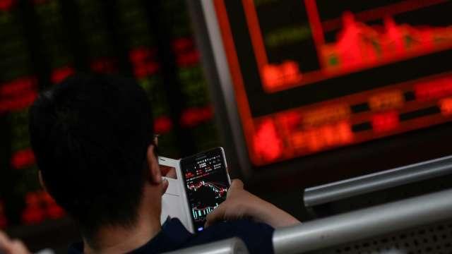 台股續登高劍指萬五 外資歸隊回補233億元 三大法人買超251.35億元。(圖:AFP)