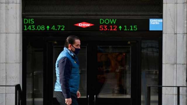 〈美股早盤〉2021年首個交易日 美股短暫衝高回落 特斯拉大漲5% (圖:AFP)