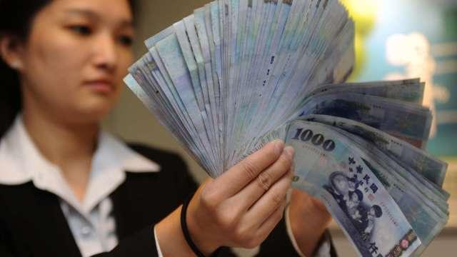 出口商恐慌拋匯 台幣正式叩關27字頭 央行力擋收28.402元。(圖:AFP)