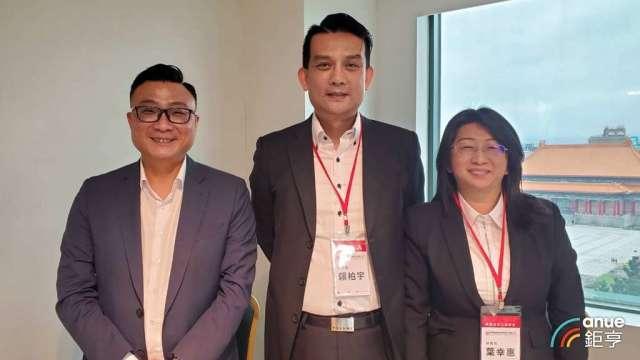 聯發董事長鄭凱隆(左)和總經理賴柏宇(中)。(鉅亨網記者王莞甯攝)