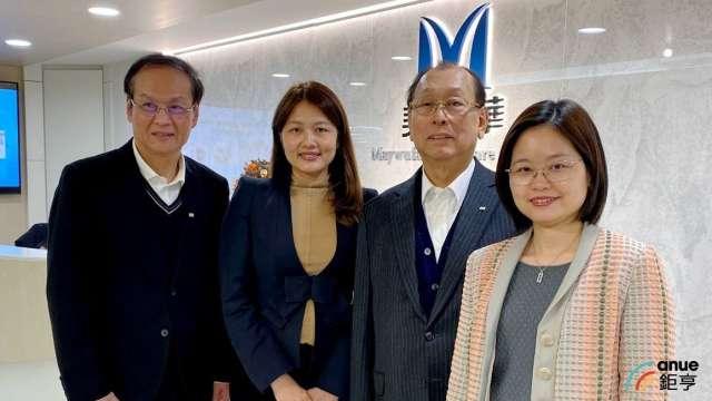 左起為懷特總經理鄭建新、董事長李伊俐、創辦人李成家、副董事長李伊伶。(鉅亨網記者沈筱禎攝)