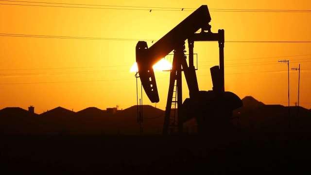 〈能源盤後〉美庫存大減 WTI原油11個月來首次衝破50美元關卡(圖片:AFP)