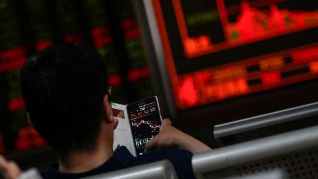 台股大漲逾200點站穩萬五 外資大買164億元 三大法人買超202.91億元。(圖:AFP)