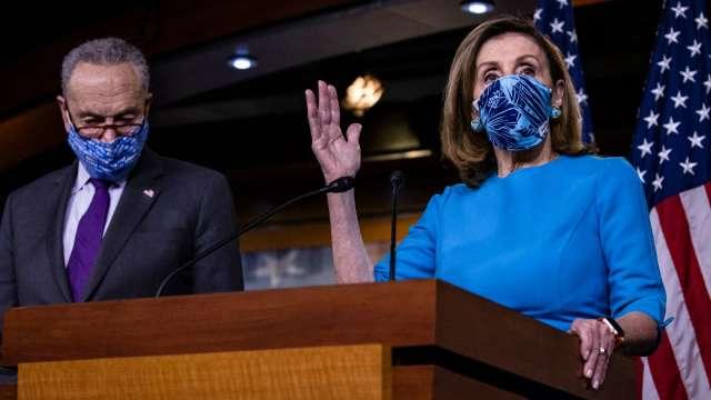 佩洛西和舒默呼籲「立即罷免川普 」。(圖片:AFP)