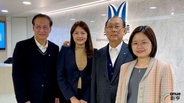 左起為懷特總經理鄭建新、董事長李伊俐、創辦人李成家、副董事長李伊伶。(鉅亨網資料照)