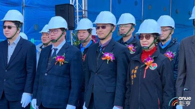 群聯董事長潘健成(前排右二)。(鉅亨網記者林薏茹攝)