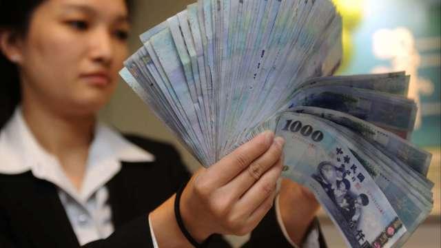 美元走升+央行喊話 台幣升勢降溫終場連四貶收28.485元。(圖:AFP)
