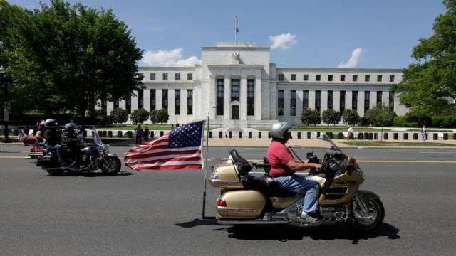 經濟復甦優於預期 Fed官員:最快或於明年下半年升息(圖:AFP)