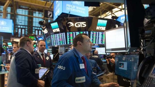 〈美股早盤〉美股財報季拉開序幕 道瓊開盤跌近200點  (圖:AFP)