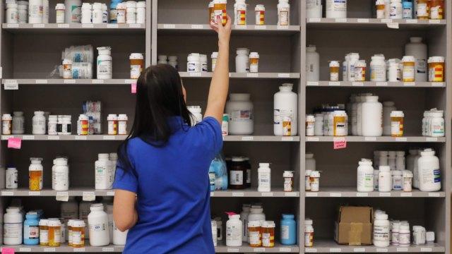〈觀察〉疫情打亂國際原料藥供應秩序 藥廠綁緊上游供應鏈併購動作頻。(圖:AFP)