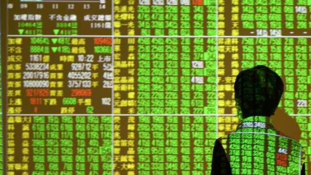 台股萬六乍現遇賣壓翻黑 外資狂砍215億元 三大法人賣超268.19億元。(圖:AFP)