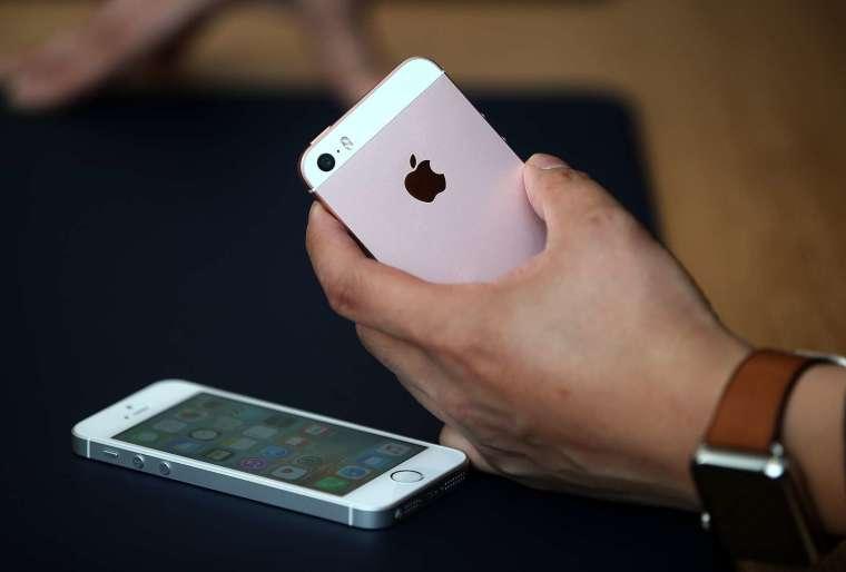 未來 iPhone SE 將僅採用夏普 (Sharp) 和 JDI 供應。(圖片:AFP)