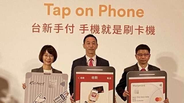左至右為萬事達卡台灣區總經理陳懿文、台新銀行支付金融處副總經理黃天麟、中華電信數據通信分公司副總經理吳坤榮。
