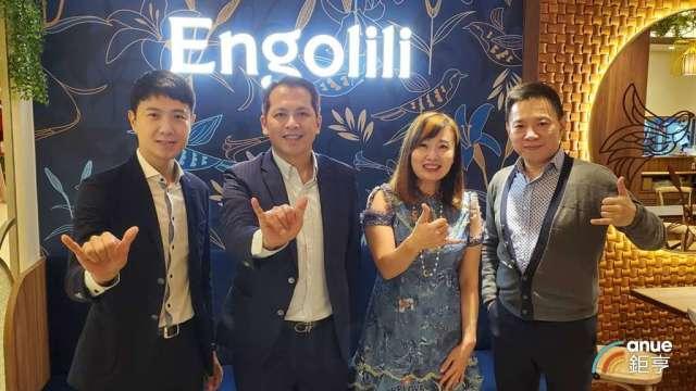 六角經營團隊,左2為董事長王耀輝,左3為執行副總王麗玉。(鉅亨網記者王莞甯攝)