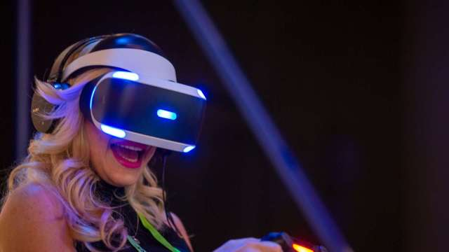 AR眼鏡問世還早!傳蘋果最快2022年推出VR頭戴裝置 先為AR眼鏡鋪路 (圖:AFP)