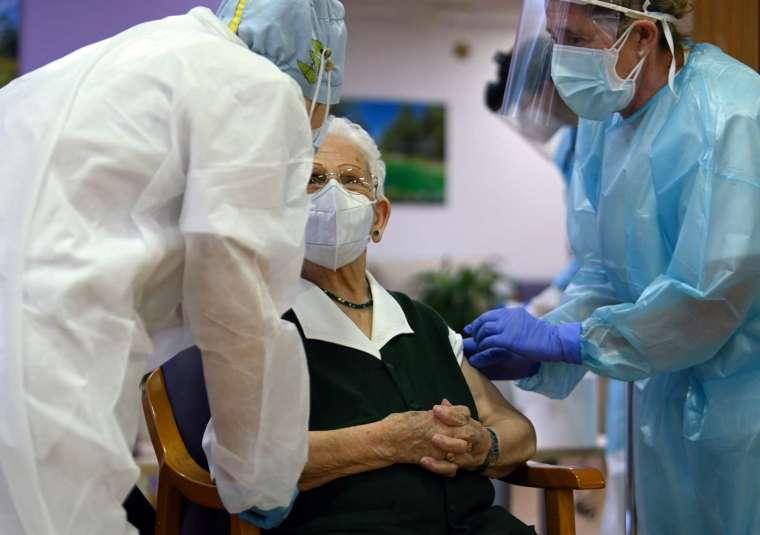 拜登抗疫國家戰略計畫設立更多疫苗接種站點 (圖片:AFP)