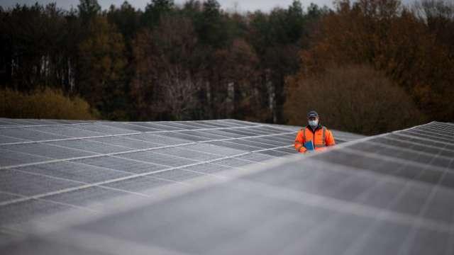 太陽發電高高掛 H股逆勢衝高(圖片:AFP)