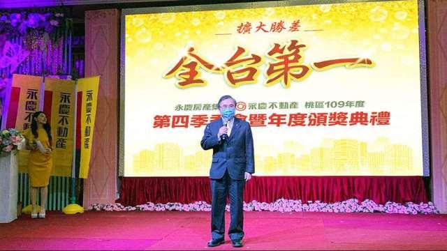 永慶房產集團加盟事業處董事長劉炳耀表示,去年永慶加盟三品牌能創造爆發性業績,除了品牌力、科技力和創新力外,深度聯賣功不可沒。(圖:永慶提供)