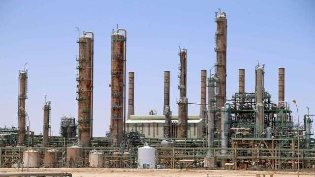 拜登凍結聯邦土地原油開採 美能源股大跌(圖片:AFP)