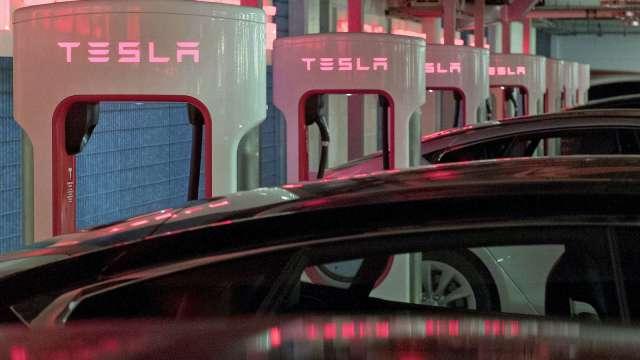 分析師:電動車製造商漲幅過大 該多關注電池及晶片供應商了(圖:AFP)